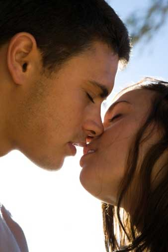 какие поцелуи нравчться девушке и в какие места